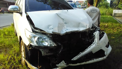 Kecelakaan Mobil Panther Bertabrakan dengan Inova di Karaban Pati