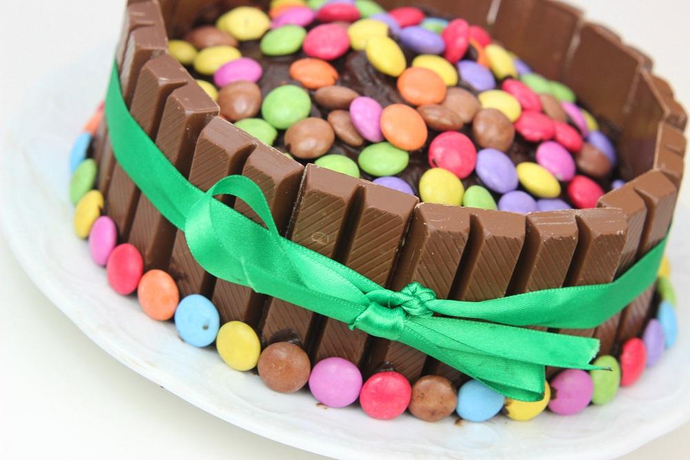 smarties, kuchen, rezept, schokolade, geburtstagskuchen, kit kat, schnell, einfach, kindergeburtstag, muffins, schokolinsen