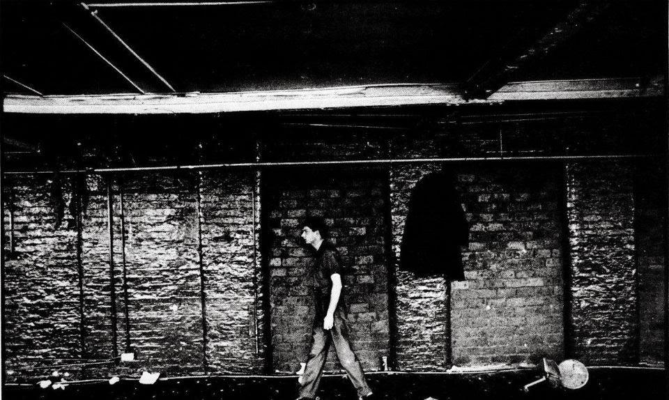 Ian Curtis camina por Manchester City un día de 1979 en esta foto de Cummins