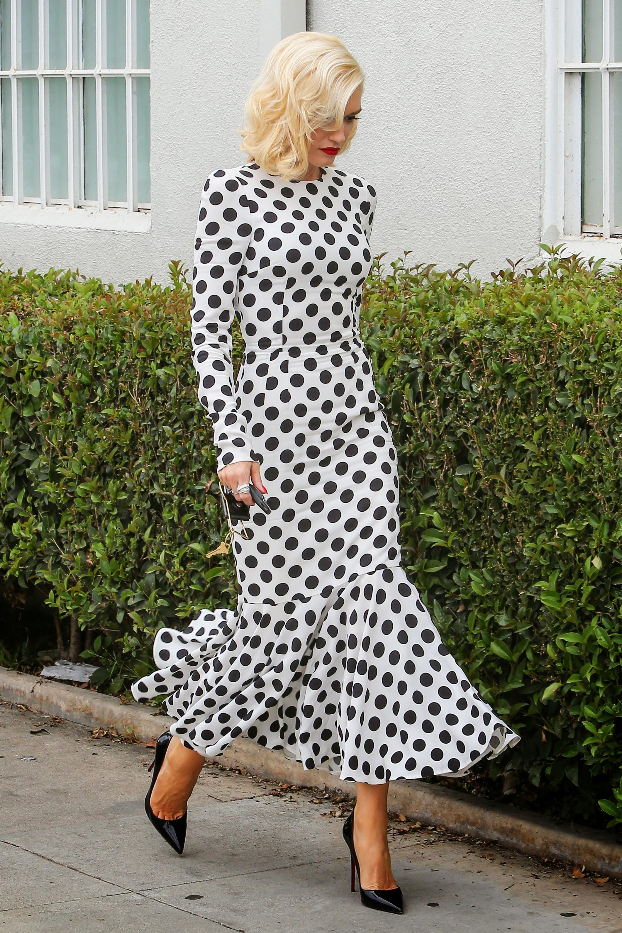 Toe Cleavage Blondes In Black & White - Gwen Stefani