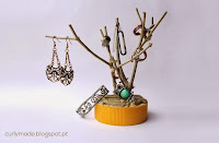 http://curlymade.blogspot.pt/2013/12/diy-branch-jewellery-holder.html