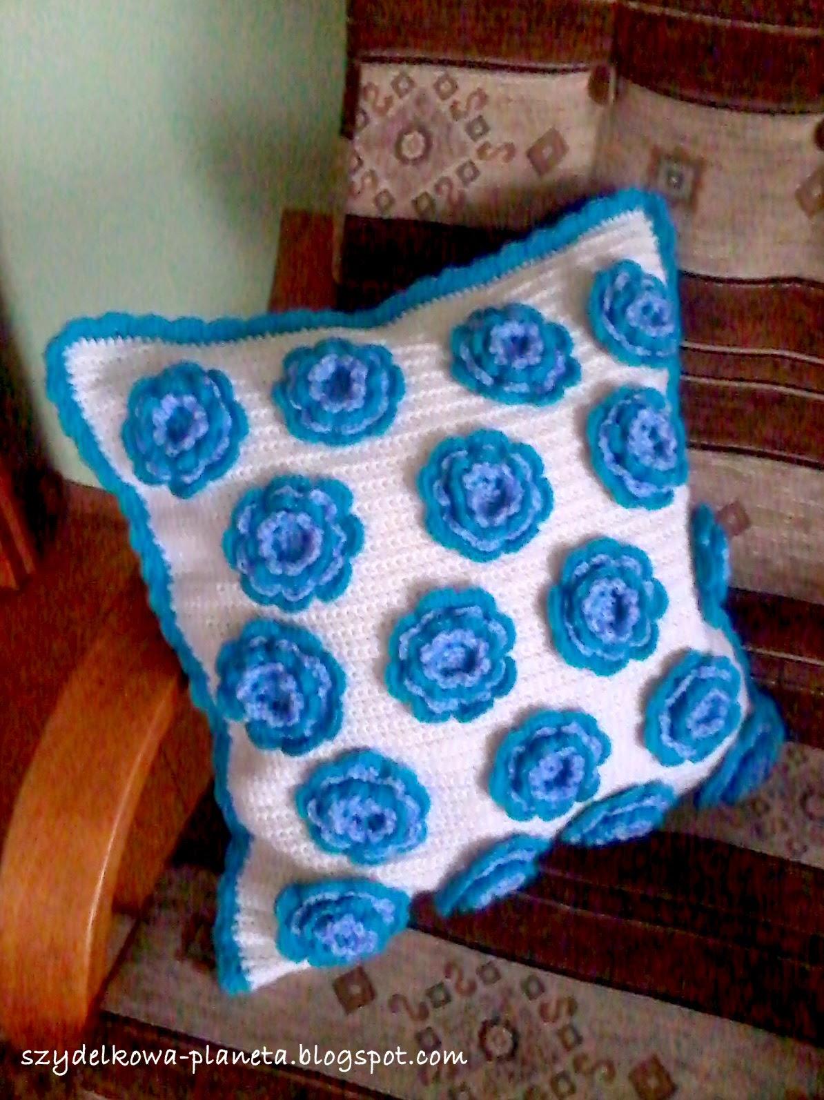 poduszka w kwiaty na szydełku