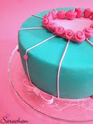 Per la decorazione, ho ricoperto la torta con pasta di zucchero verde acqua, .