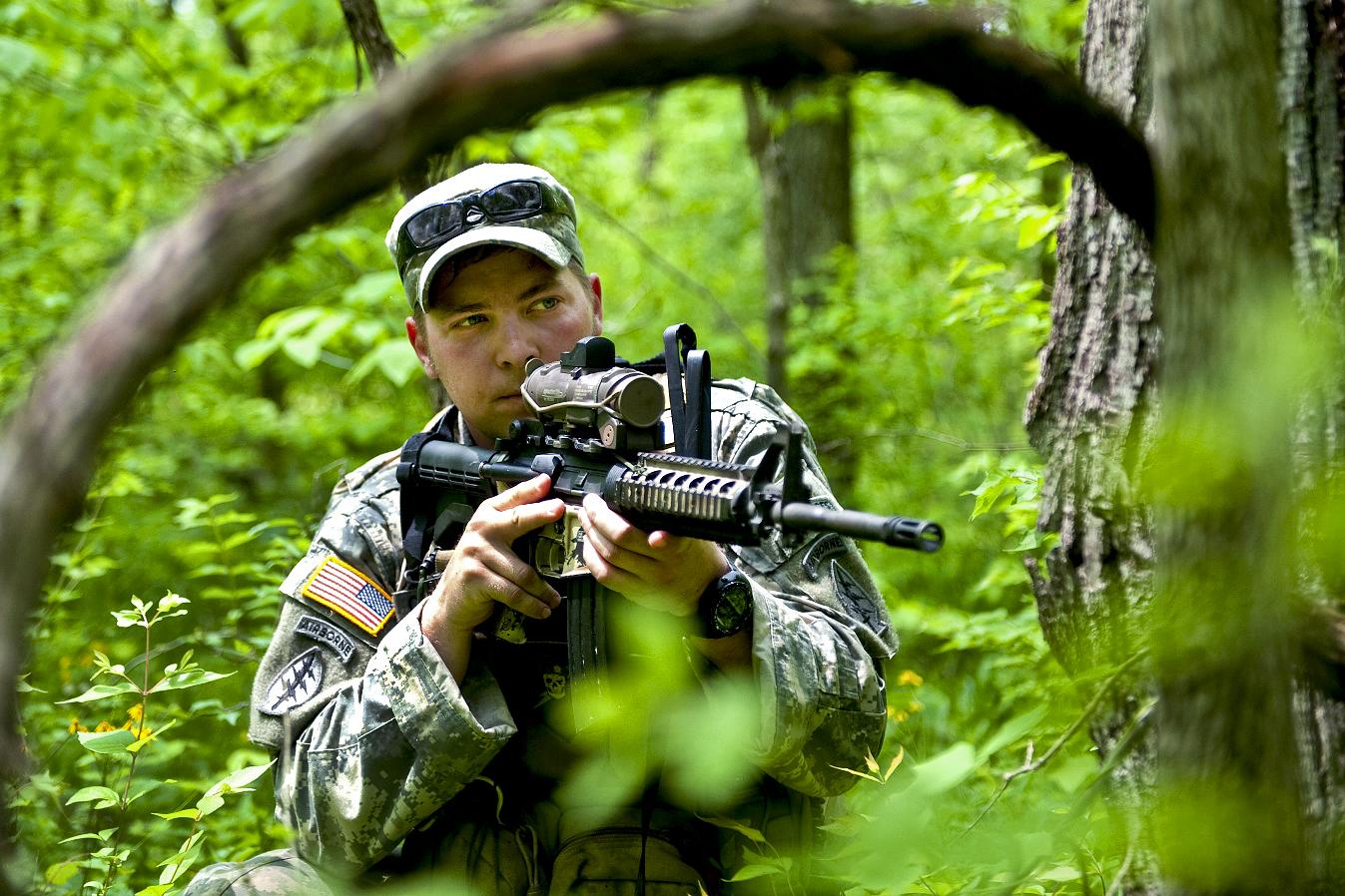 http://1.bp.blogspot.com/-o9tM_Gk93g0/TwbgVV--DdI/AAAAAAAAFes/pEEH6KV5U64/s1600/Soldier+Provides+Security.jpg