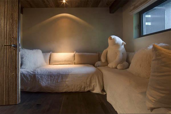 sofas en L blanco y oso de peluche