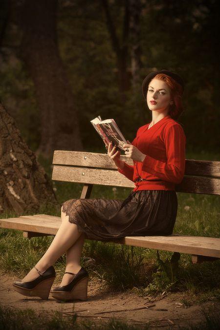 Ivana Gretel Macabre deviantart fotos modelo ruiva pin-up Lendo um livro