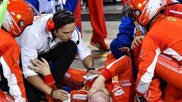 Σοκαριστικό ατύχημα στο Μπαχρέιν: Η Ferrari του Ραικόνεν έσπασε στα δύο πόδι μηχανικού