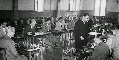 Lladó dando unas simultáneas de ajedrez en Barcelona