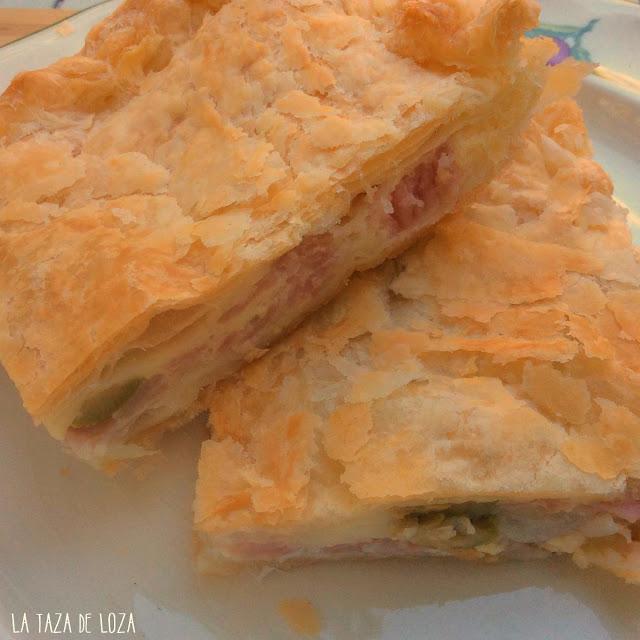 Interior del relleno de empanada de queso, jamón y aceitunas