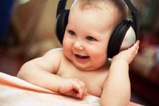 Foto gambar bayi lucu mendengarkan musik 9