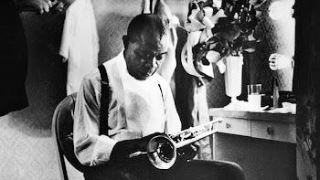 SACHTMO. El apodo de Louis Armstrong se debe a la forma en la que colocaba la trompeta