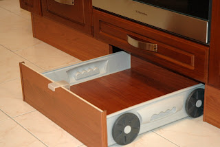скрытый ящик в цоколе кухонного гарнитура