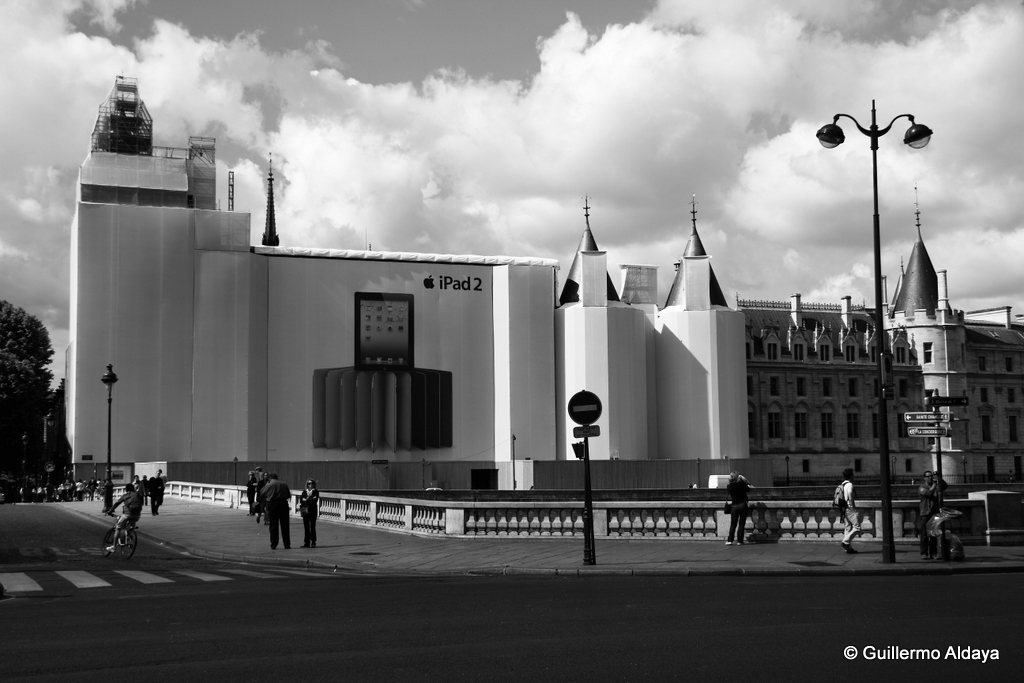 Under construction (Paris, France), by Guillermo Aldaya / PhotoConversa