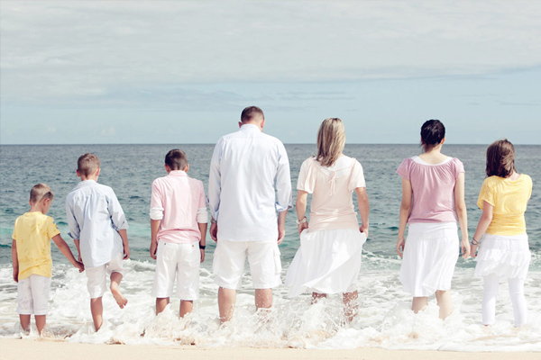 Hawaii Beach Family Portrait Ideas http://juneberry-lane.blogspot.com/2012/12/holiday-family-portraits-cracking-color.html