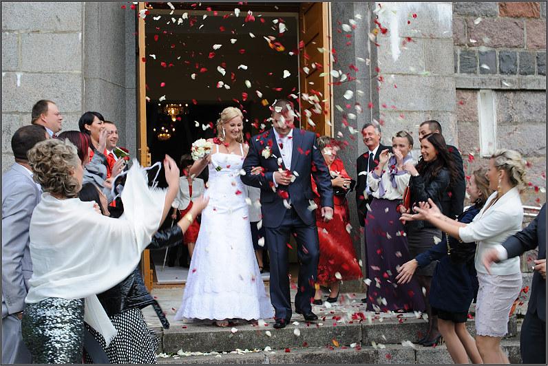 žiedlapių lietus per vestuves bažnyčioje