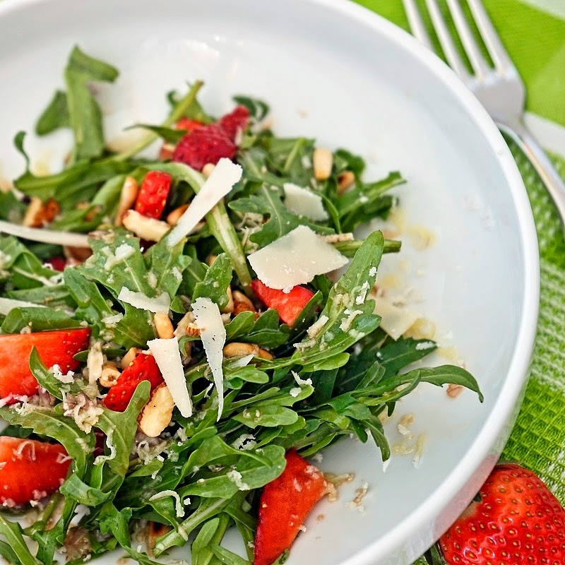 stuttgartcooking salat aus rucola erdbeeren waln ssen pinienkernen und parmesan. Black Bedroom Furniture Sets. Home Design Ideas