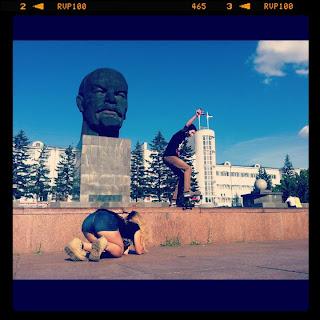На фото Maria Kramar - самая большая голова Ленина в мире