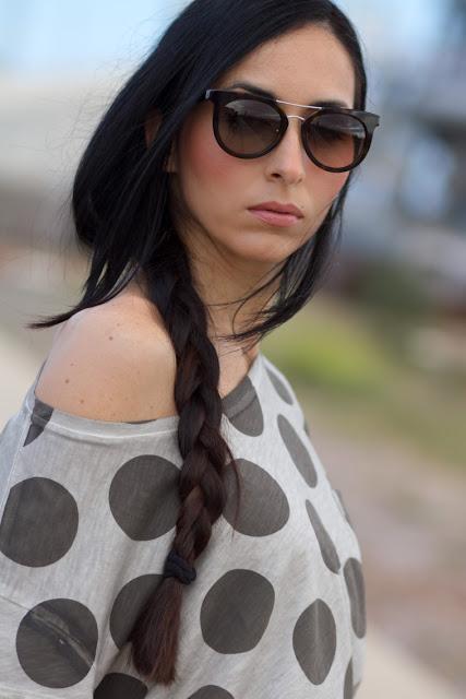 Gafas de sol Prada y camiseta de lunares Meltin' Pot