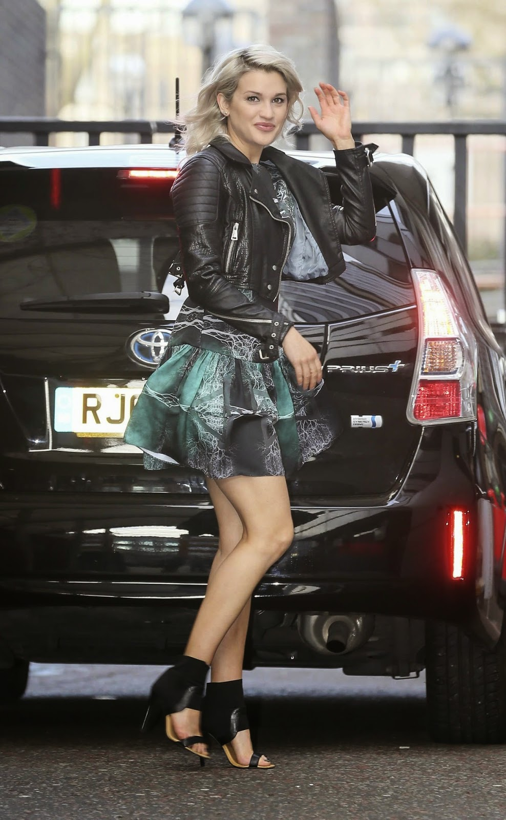 المغنية الأمريكية الجميلة اشلي روبرتس خلال وصولها الى استوديوهات لندن