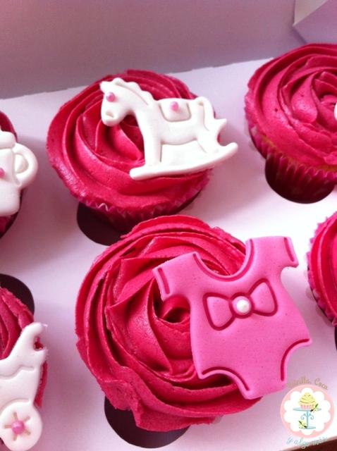 Cupcakes de fresa con motivo bebé