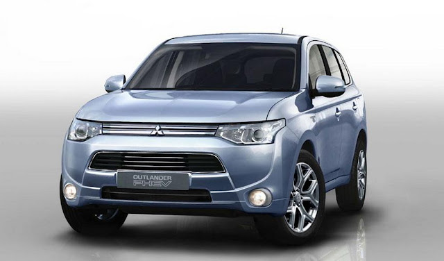 2013_Mitsubishi_Outlander_EV_plugs_in