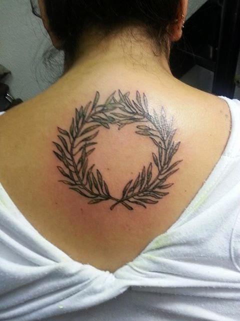 FUSION TATTOO Tatuaje de corona griega y su significado
