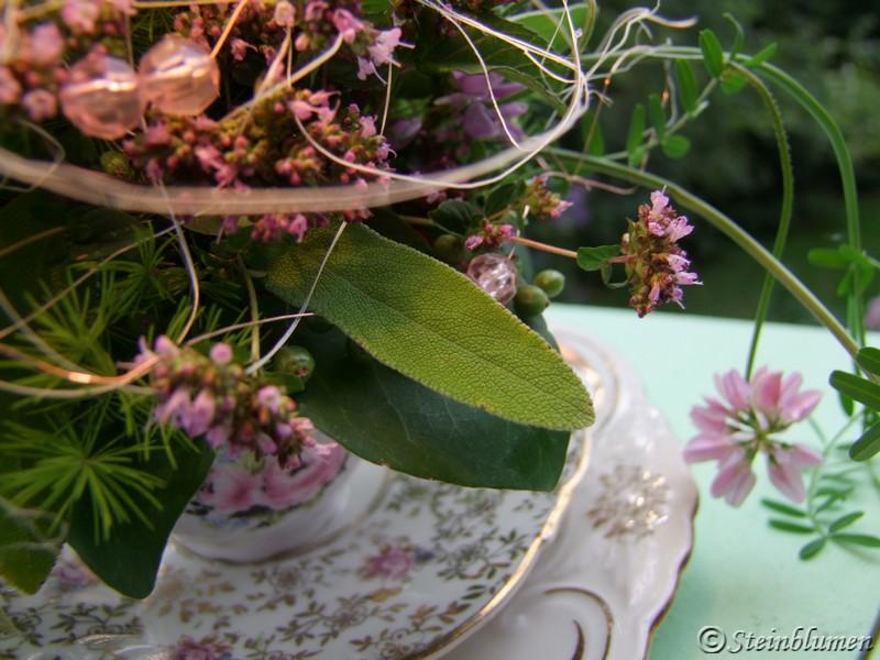 Tischdeko mit Salbei  und Pfefferminze