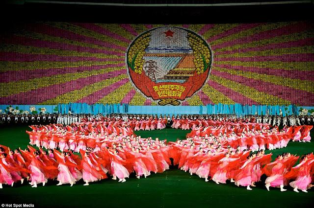 مستحيل يكونوا بشر عاديين North-Koreas-mass-games+02