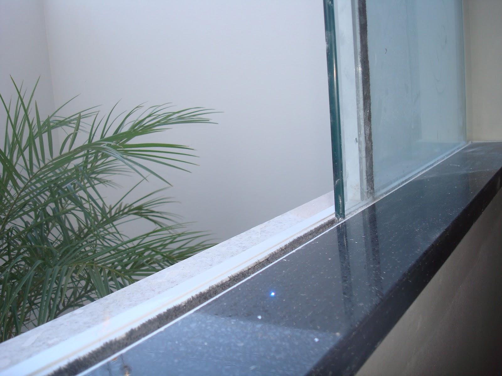 #4A5E81 Cozinha virada em 1/2 esquadria Ouro Negro uma pedra só reta. 1600x1200 px janela banheiro branca