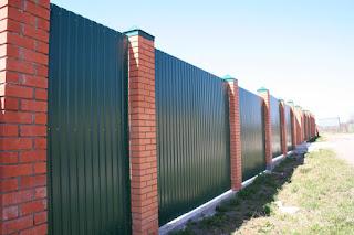 Забор из профлиста с кирпичными столбами. Фото 23