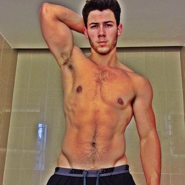 Nick Jonas fala a site sobre cenas de sexo gay no seriado 'Kingdom'