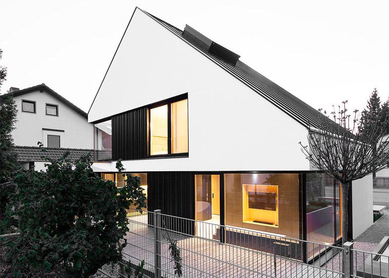 casa con due piani integrati nel tetto spiovente by format