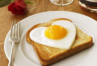 """<img src=""""huevo-desayuno.jpg"""" alt=""""comer un huevo al desayuno es benéfico para la salud, excepto para personas que comen muchos fritos y que sufren de colesterol alto o de problemas cardiácos"""">"""