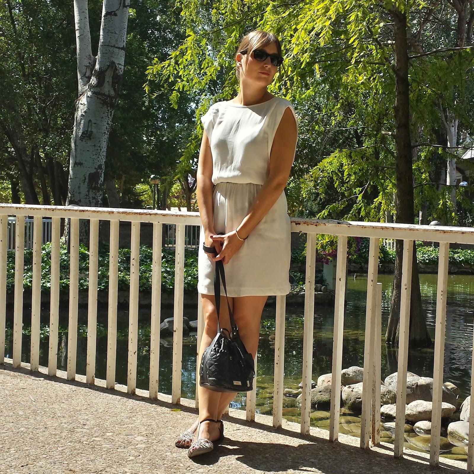 Un vestido blanco es una prenda de fondo de armario fresca e ideal para los días calurosos de verano.
