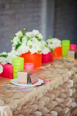 Mesa con flores y platos con regalos