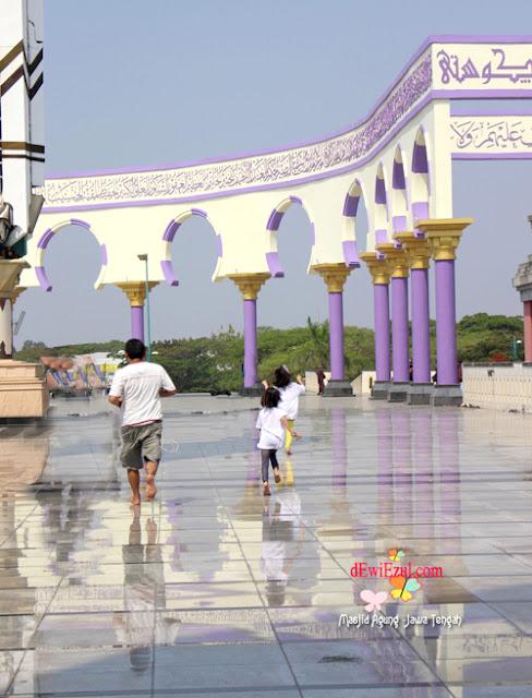 shalat di Mesjid Agung Jawa Tengah
