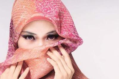 Benarkah Wanita Haid Dilarang Mandi Keramas dan Memotong Kuku?