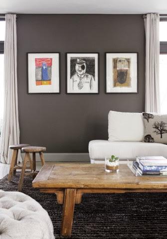 Widok na ścianę z grafikami w czarnych ramach