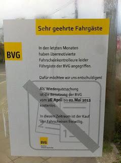 Fake BVG Aushang: Weil Kontrolleure Fahrgäste angegriffen haben ist das Fahren bis Mai kostenlos.
