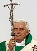 IMAGEN UNO: PAPA BENEDICTO XVI Y EL CRUCIFIJO. la cruz el papa benedicto xvi