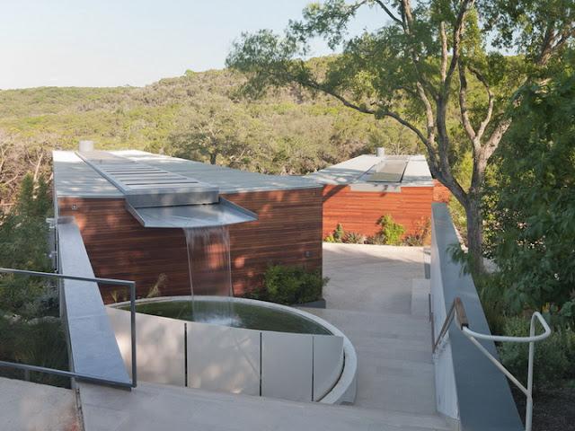 Угловой дом с бассейном и фонтаном