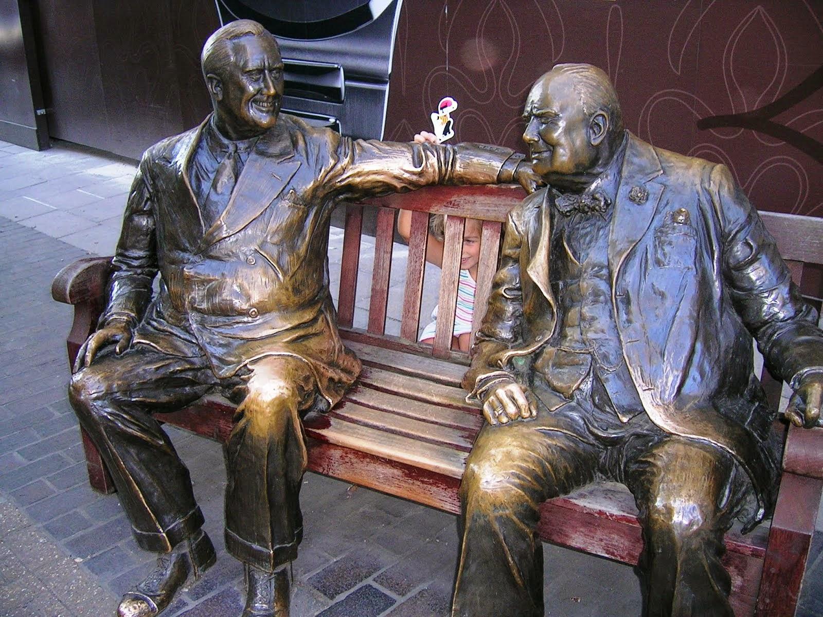 Winston Churchill assegut al costat del catganer.