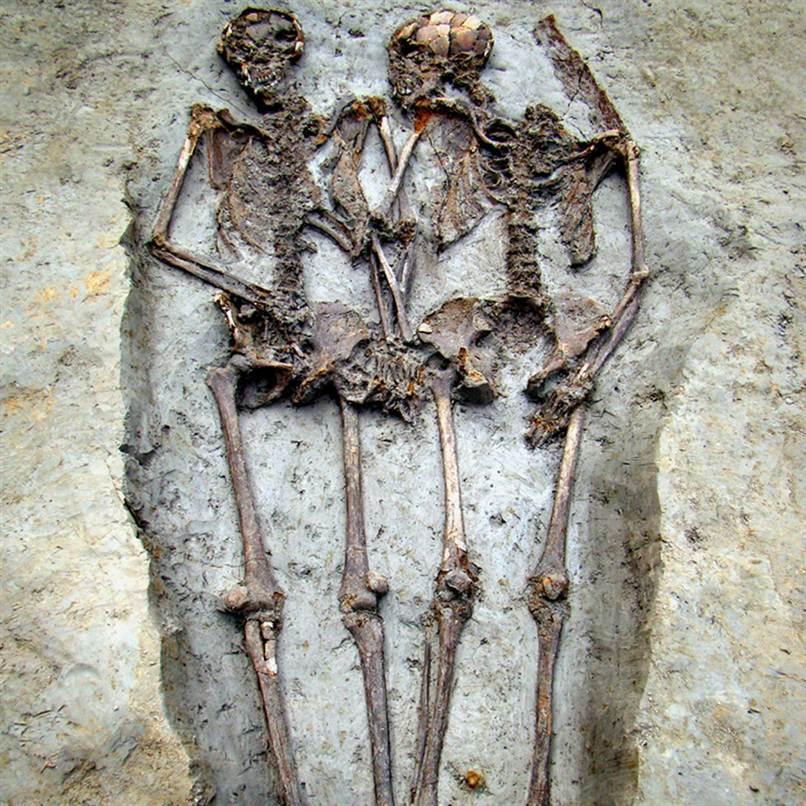 Un couple de l'époque romaine enterré en se tenant la main depuis 1500 ans D'après les archéologues italiens, l'homme et la femme ont été enterrés en même temps entre le 5ème et 6ème siècle après JC dans le centre-nord de l'Italie.