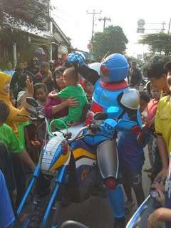 Kamen Rider Bikin Heboh Lokasi KRL Bintaro