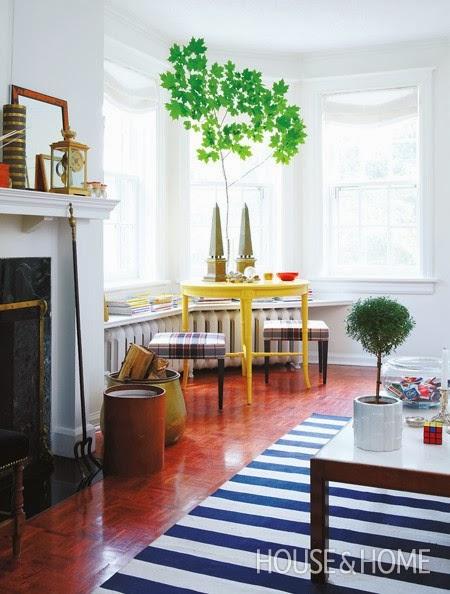 decorar salon con mueble amarillo y alfombra a rayas