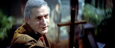 el joven Charley Brewster pide ayuda al actor de peliculas de vampiros Peter Vincent para acabar con este ser de la noche