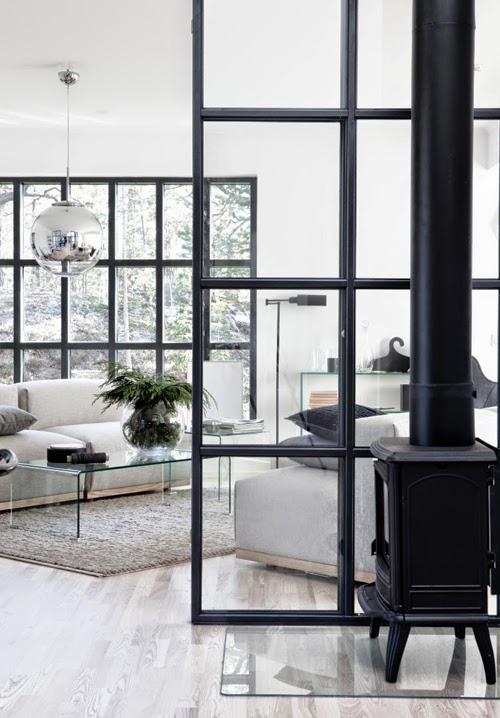 Salón blanco negro gris con lámpara Tom Dixon y chimenea