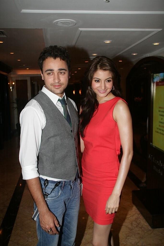 http://1.bp.blogspot.com/-oJK-r-DNlWo/Tbu-3ZnyL8I/AAAAAAAAEys/kHkob5MXu3s/s1600/Imran-Khan-and-Anushka-Sharma-re-launched-BBC-Top-Gear-Magazine-001.jpg
