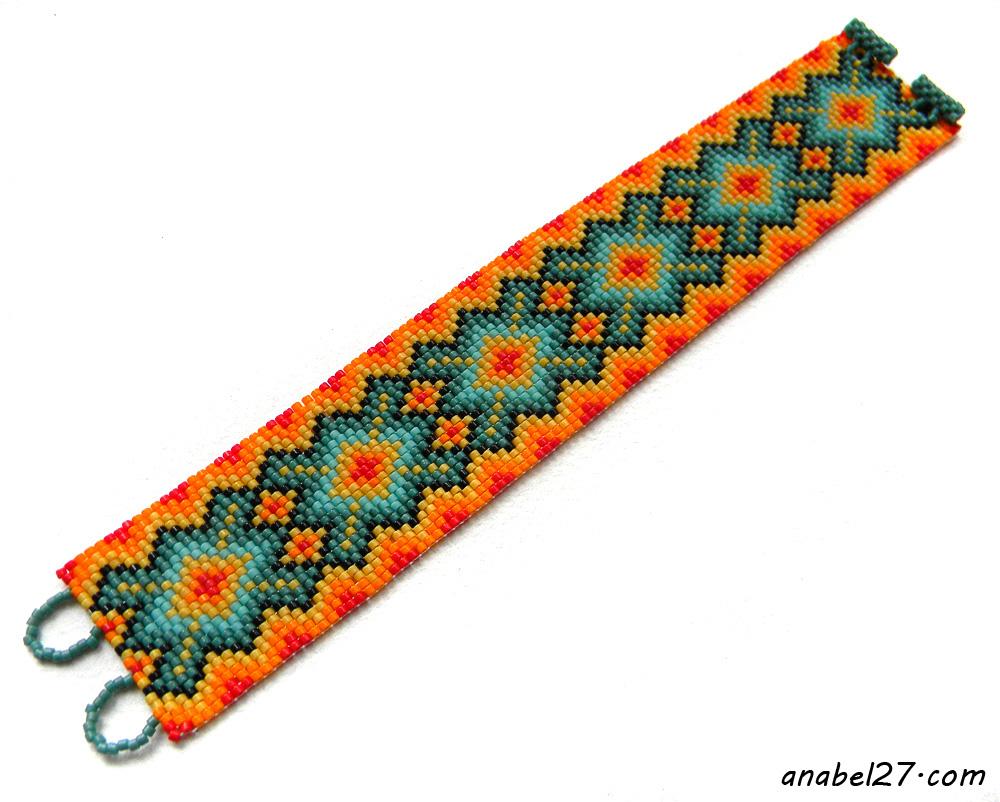 Яркий браслет из бисера