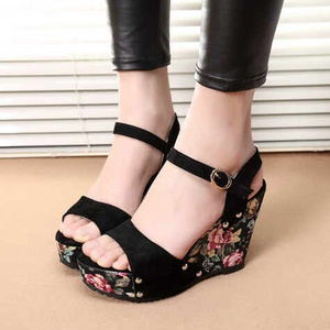 Wedges Motif Bunga Trens Model Terbaru